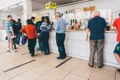 Mensen die in lijn bij het Postkantoor wachten Stock Foto