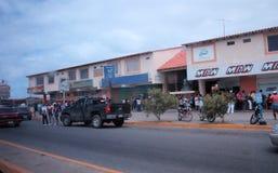 Mensen die in lijn in de Cumana-stad wachten stock afbeelding