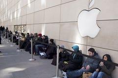 Mensen die in Lijn op de Dag van de Versie wachten iPad2 Stock Fotografie