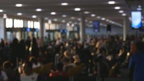 Mensen die in Luchthaven lopen Defocusachtergrond van bezige grote luchthaven met mensen die langs het wachten lopen hal Langzame stock videobeelden