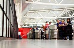Mensen die luchthaven wachten Royalty-vrije Stock Fotografie