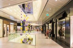 Mensen die in Luxewinkelcomplex winkelen Stock Foto's