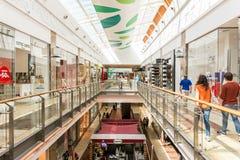 Mensen die in Luxewinkelcomplex winkelen Royalty-vrije Stock Foto