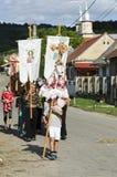 Mensen die Maagdelijke Mary in Roemenië vieren Stock Afbeelding