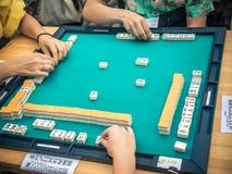 Mensen die Mahjong Aziatisch op tegel-Gebaseerd Spel spelen Lijst die hoogste mening gokken royalty-vrije stock afbeelding