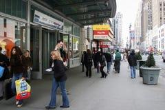 Mensen die in Manhattan lopen Royalty-vrije Stock Afbeeldingen
