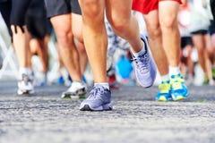 Mensen die marathon in werking stellen