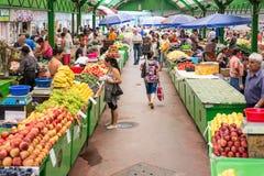 Mensen die in markt winkelen Stock Afbeeldingen