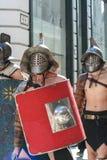 Mensen die maskeradekostuums in de straat van Boedapest dragen royalty-vrije stock afbeeldingen