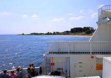 Mensen die met een veerboot aan het kleine eiland Å rø varen stock afbeeldingen