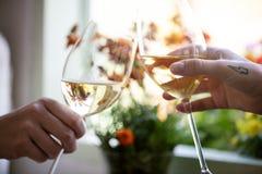 Mensen die met glazen wijn toejuichen stock afbeeldingen