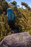 Mensen die met grote rugzakken in berglandschap lopen - trekking wandeling het mountaneering in mantiqueirawaaier Brazilië royalty-vrije stock afbeeldingen