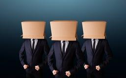 Mensen die met lege doos op hun hoofd gesturing Stock Afbeeldingen