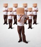 Mensen die met lege doos op hun hoofd gesturing Stock Foto