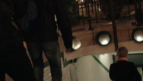 Mensen die metro in nacht Parijs, Frankrijk ingaan stock footage