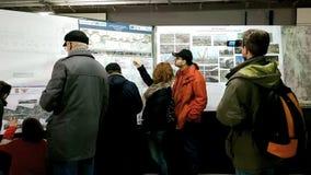 Mensen die metroplannen bekijken van de 5de lijn van Boekarest stock videobeelden