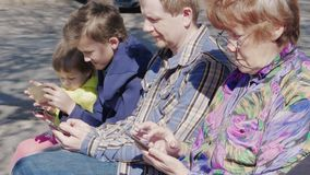 Mensen die mobiele telefoons met behulp van openlucht Sociaal netwerkconcept stock videobeelden