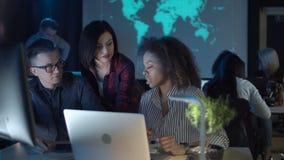Mensen die in modern bureau werken stock videobeelden