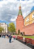 Mensen die Moskou het Kremlin en het Eeuwige gedenkteken van de vlamoorlog in Alexanders-tuin bezoeken stock fotografie