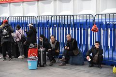 Mensen die naar huis door trein vóór het Chinese Nieuwjaar meeslepen stock foto's