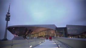 Mensen die naar nieuw glaswinkelcentrum lopen op weekend, moderne architectuur stock footage
