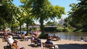 Mensen die naast de rivier Dee in Chester, Noordelijk Engeland ontspannen royalty-vrije stock afbeeldingen