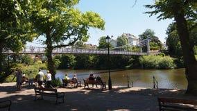Mensen die naast de rivier Dee in Chester, Noordelijk Engeland ontspannen royalty-vrije stock foto