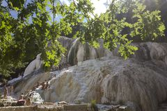 Mensen die in natuurlijke thermisch van Bagni baden San Filippo stock foto