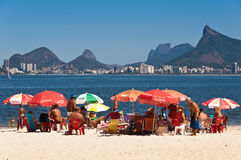 Mensen die in Niteroi strand met mening aan Rio de Janeiro ontspannen Stock Afbeelding
