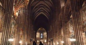 Mensen die Notre-Dame-Kathedraal bewonderen stock videobeelden