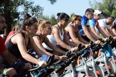 Mensen die oefening op een fiets in Izvor-park doen stock afbeeldingen