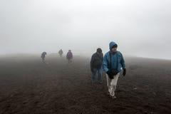 Mensen die omhoog Cotopaxi lopen die een actieve stratovulkaan in Ecuador is Royalty-vrije Stock Foto