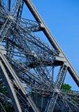 Mensen die omhoog de Toren van Eiffel in Parijs lopen Stock Fotografie