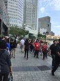 Mensen die omhoog laatste eerbied aan ex eerste minister van Singapore een rij vormen te betalen me Lee Kuan Yew Stock Afbeeldingen