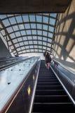 Mensen die omhoog roltrap van metro lopen stock fotografie