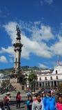 Mensen die in Onafhankelijkheidsvierkant lopen in het Historische centrum van Quito stock fotografie