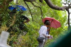 Mensen die onder de regen werken royalty-vrije stock afbeeldingen