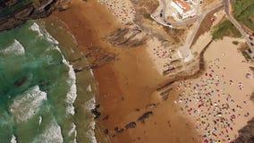 Mensen die onder paraplu's zonnebaden en pret op de strand luchtmening hebben stock videobeelden