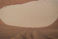 Mensen die onderaan Big Daddy Dune in de Zoute Pan van Sossusvlei beklimmen Royalty-vrije Stock Afbeelding