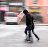 Mensen die onderaan de straat in een sneeuw de winterdag lopen Royalty-vrije Stock Foto