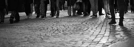 Mensen die onderaan de straat lopen Stock Afbeeldingen