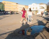 Mensen die onderaan de straat in zonnige dag lopen royalty-vrije stock foto