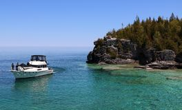 Mensen die op aardige boot van de mening genieten bij één van de populairste Canadese Nationale Parken stock foto's