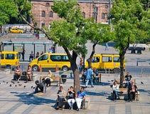 Mensen die op banken bij de Straat van Bosporus zitten stock afbeeldingen