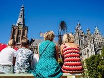 Mensen die op banken zitten en van de mening over St John genieten royalty-vrije stock foto's