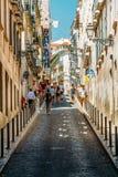 Mensen die op Bezige Straten van de Stad van Lissabon lopen royalty-vrije stock fotografie