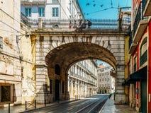 Mensen die op Bezige Straten van de Stad van Lissabon lopen royalty-vrije stock foto's