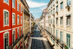 Mensen die op Bezige Straten van de Stad van Lissabon lopen royalty-vrije stock afbeelding
