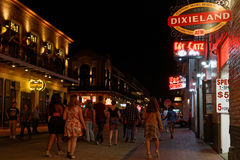 Mensen die op Bourbonstraat bij nacht lopen Stock Afbeeldingen
