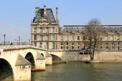 Mensen die op brug over de Zegen lopen, die tot het Louvre, Parijs, Frankrijk, 2016 leiden Stock Fotografie